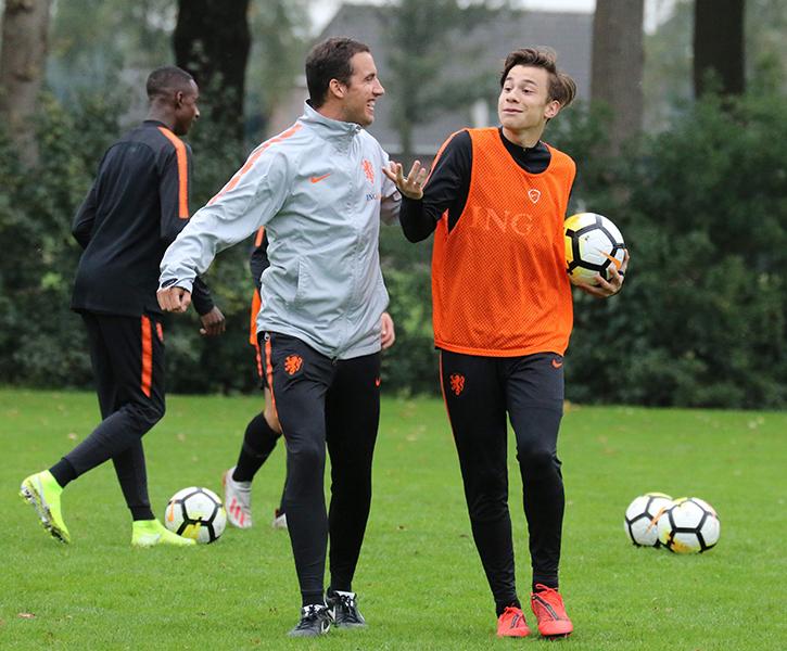 Coach Oranje onder 17 Mischa Visser dolt met PSV-speler Mylian Jiminezminez
